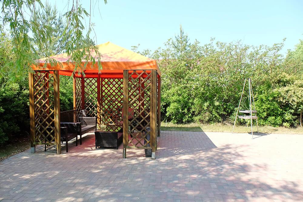 Schöner Grillplatz im Grünen mit Pavillon